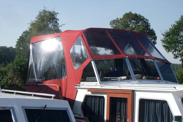 Fahrverdeck aus Yachmaster Classic, mit Fenstern und Reißverschlüssen, im Hafen vor Ort angepasst