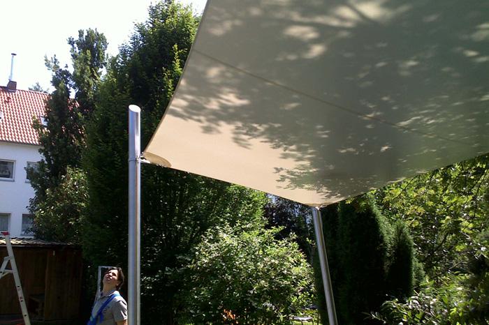 Wetterschutzsegel aus PVC-Planenstoff mit Edelstahlpfosten